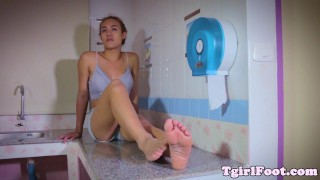 Flexing toes tranny showing off her toe grip