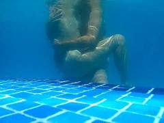 Sexo en la piscina. Sex water. Milf follada en plena piscina a plena luz.